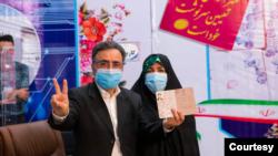 مصطفی تاجزاده در کنار همسرش، بعد از ثبت نام در وزارت کشور. جمعه ۲۴ اردیبهشت ۱۴۰۰
