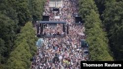 برلن میں کرونا وائرس سے منسلک پابندیوں کے خلاف مظاہرے میں ہزاروں افراد کی شرکت۔ یکم اگست 2020
