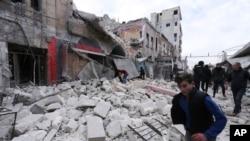 Reruntuhan dan kerusakan akibat serangan udara pasukan pemerintah di kota Ariha, provinsi Idlib, Suriah, 15 Januari 2020. (Foto: dok).
