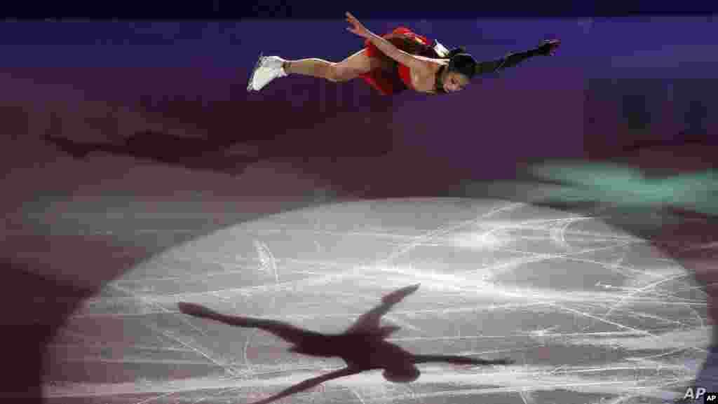 한국 서울에서 열린 국제빙상경기연맹(ISU) 4대륙피겨선수권대회 갈라쇼에서 한국의 유영 선수가 연기를 선보이고 있다.