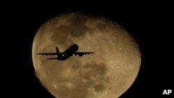 تصویر یک هواپیمای مسافربری با پسزمینه ماه - فرودگاه بینالمللی فینکس اسکای هاربر - ۱۱ فوریه ۲۰۲۰ (عکس از آرشیو)