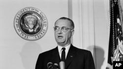 지난 1963년 린든 존슨 당시 미 대통령이 백악관에서 첫 공식 연설을 하고 있다.