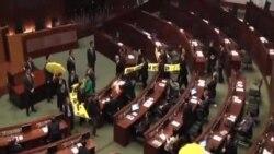 香港民主派議員舉黃傘退席特首施政報告