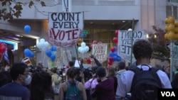 """Pristalice skupova """"Prebrojte svaki glas"""" i """"Obustavite brojanje"""" ispred Centra za konvencije Pennsylvania, u Philadelphiji, 6. novembra 2020. (Eša Sarai/VOA)"""