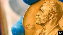 Huy chương Giải Nobel bằng vàng được trao cho những người đoạt giải.