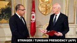 Le président tunisien Kais Saied nomme le ministre de l'Intérieur Hichem Mechichi comme nouveau Premier ministre, chargé de former un nouveau cabinet, au palais de Carthage, près de Tunis, le 25 juillet 2020.
