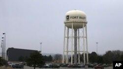 ລົດຫຼາຍຄັນ ຈອດຢູ່ອ້ອມ ຫໍຖັງເກັບນ້ຳ ໃນເມືອງ ຟອດ ຣາຍລີ (Fort Riley) ລັດແຄນແຄນຊັສ, ວັນທີ 9 ກຸມພາ 2015ບ່ອນທີ່ທະຫານກອງທັບບົກ ຄົນນຶ່ງ ຖືກຈັບກຸມ ຍ້ອນພິມເຜີຍແຜ່ວິທີເຮັດລະເບີດ ລົງທາງສື່ສັງຄົມອອນລາຍ.