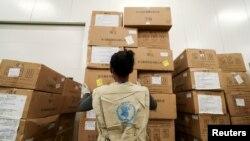 Seorang pekerja Program Pangan Dunia (WFP) mengatur paket bantuan di sebuah gudang yang untuk bantuan kemanusiaan PBB bagi Afrika di tengah pandemi Covid-19, di Bandara Internasional Bole di Addis Ababa, Ethiopia, 14 April 2020. (Foto: dok).