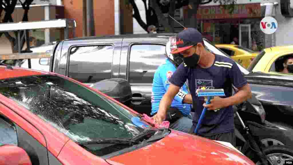 En los semáforos de Cúcuta, también es muy común ver venezolanos limpiando los vidrios de los carros para recoger algunas monedas.