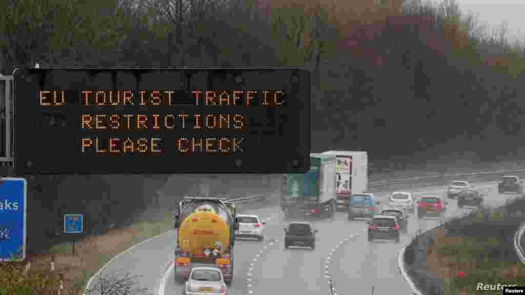 영국 리버풀 인근의 M56 고속도로 전광판에 유럽연합(EU) 교통 제한을 알리는 문구가 나오고 있다.
