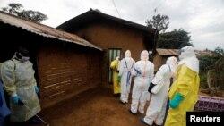Wahudumu wa afya wakiwasili nyumbani kwa mmoja wa wagonjwa wa Ebola nchini DRC.