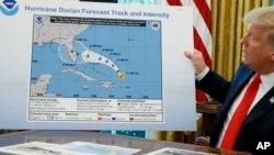 Tổng thống Mỹ Donald Trump cầm biểu đồ trong lúc trao đổi với báo giới sau khi được báo cáo về bão Dorian tại Phòng Bầu Dục, Tòa Bạch Ốc, ngày 4/9/2019.