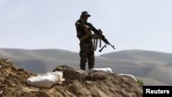 Arhiva - Pripadnik Afganistanske nacionalne armije čuva stražu tokom patrole u okrugu Dand Gori, u pokrajin Baglan, Afganistan, 15. marta 2016. Pokrajinu su zauzeli talibani tokom proteklih nedelja, ali antitalibanske snage su ponovo zauzele neke oblasti 20. avgusta 2021.
