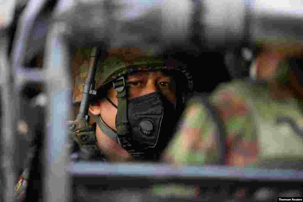 미얀마 양곤 중심가 힌두 사원 앞에 군인들이 배치됐다. 미얀마 군부는 지난 1일 선거부정을 주장하며 쿠테타를 일으켜 아웅산 수치 국가고문과 그가 이끄는 집권당 민주주의 민족동맹(NLD)의 고위 인사들, 원 민 대통령을 구금했다.