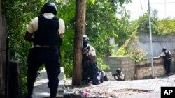 ေဟတီသမၼတ လုပ္ႀကံခံရၿပီးေနာက္ ၿမိဳ႕ေတာ္ Port-au-Prince မွာ သံသယရွိသူေတြကို ရွာေဖြေနတဲ့ ေဟတီရဲတပ္ဖြဲ႔ဝင္မ်ား။ (ဇူလုိင္ ၉၊ ၂၀၂၁)