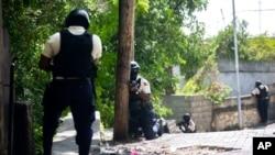 Policija u četvrtu Morne Calvaire u gradu Petion Ville u potrazi za osumnjičenima za ubistvo haićanskog predsjednika Jovenela Moisea u Port-au-Princeu na Haitiju, 9. jula 2021. godine.
