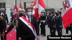 El presidente interino de Perú, Manuel Merino, pasa revista a una guardia de honor luego de juramentar al cargo tras la destitución del presidente Martín Vizcarra por los legisladores, en Lima, el martes 10 de noviembre de 2020.