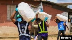 Distribution de nourriture aux personnes vulnérables pendant le confinement à Lagos, Nigéria, le 9 avril 2020.