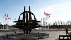 У здания штаб-квартиры НАТО в Брюсселе