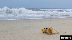 Pantai di Pulau Hatteras, Carolina Utara tampak lengang menjelang Badai Tropis Isaias, 3 Agustus 2020.