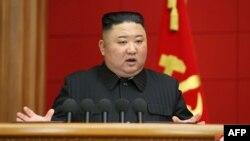 រូបឯកសារ៖ មេដឹកនាំកូរ៉េខាងជើងលោក Kim Jong Un ថ្លែងក្នុងកិច្ចប្រជុំមួយរបស់បក្សកុម្មុយនីស្តកាលពីថ្ងៃទី៦ ខែមីនា ឆ្នាំ ២០២១។