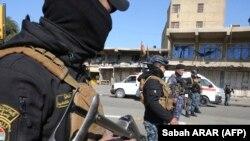 Des éléments des forces de sécurité sont déployés sur le site d'un attentat à la bombe meurtrier à Bagdad, le 21 janvier 2021.