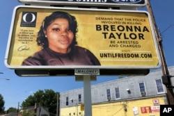 Плакат з фото Бреонни Тейлор розміщено у Луївіллі за підтримки журналу «О», що видається відомою американською телеведучою Опрою Вінфрі, серпень 2020 року