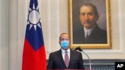 美国卫生与公共服务部长亚历克斯·阿扎尔在台湾台北市会见台湾总统蔡英文时讲话。2020年8月10日图片。