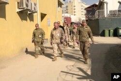 امریکی کمانڈر جنرل مک کینزی (درمیان میں) کابل کے دورے کے موقع پر مقامی کمانڈروں کے ہمراہ۔ 31 جنوری 2020