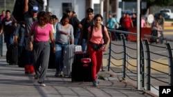 망명 신청을 위해 미국-멕시코 간 국경으로 향하고 있는 중남미 이민자들. (자료사진)