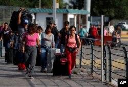 Mərkəzi Amerikadan olan mühacirlər ABŞ-da sığınacaq almaq üçün ABŞ-Meksika sərhədinə doğru addımlayırlar.