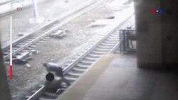Mỹ: Cảnh sát cứu người ngay trước mũi xe lửa