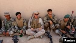 资料照片:美国海军陆战队员在赫尔曼德省的一次培训期间与阿富汗国民军士兵交谈。(2017年7月5日)