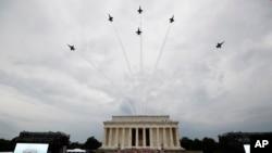 美國海軍藍天使特技飛行隊的飛機飛過林肯紀念堂的上空,特朗普總統和第一夫人梅拉妮亞、副總統彭斯等人站立觀看,美國陸軍樂隊演奏。(2019年7月4日)