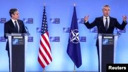 Državni sekretar SAD Entoni Blinken, levo, i generalni sekretar NATO Jens Stoltenberg prisustvuju konferenciji za štampu tokom ministarskog sastanka zemalja NATO u sedišu Alijanse u Briselu, Belgija, 23. marta 2021.