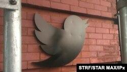 آرشیو - لوگوی توئیتر در ساختمان دفتر چلسی شهر نیویورک