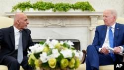 美國總統拜登(右)2021年6月25日在白宮橢圓形辦公室會見阿富汗總統加尼(左)。