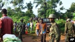 Leşkerên Kongoyî yên li heremekê ku welatiyên sivîl ji hêla çekdaran ve hatine kuştin (Arşîv)