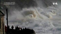 """Відео тижня: ураган """"Офелія"""" обрушив гігантські хвилі на узбережжя Британії. Відео"""