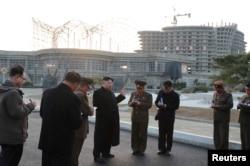 김정은 북한 국무위원장이 지난해 4월 강원도 원산갈마해안관광지구 건설 현장을 방문했다고 북한관영 '조선중앙통신'이 보도했다.