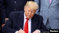 """Trump agradeció el esfuerzo de México y Canadá por fortalecer los """"lazos económicos (de la región)"""". En la foto, representantes de los tres países firman el acuerdo para el T-MEC en Ciudad de México, el 7 de enero de 2020."""