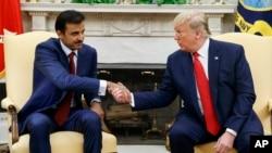 El presidente Donald Trump da la mano al emir de Catar Jeque Tamim Bin Hamad Al-Thani en la Oficina Oval de la Casa Blanca, el martes 9 de julio de 2019, en Washington. (AP Photo/Evan Vucci)