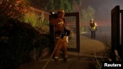 Vatrogasac interveniše u požaru Kinkejd u Gejzervilu, u Kaliforniji