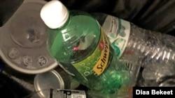 Botol dan gelas plastik di dalam tempat sampah khusus barang-barang daur ulang. (Photo: Diaa Bekheet).