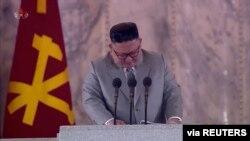 북한 김정은 국무위원장이 지난 10일 노동당 창건 75주년 열병식 연설 중 흘린 눈물을 보이고 있다. 북한 조선중앙TV 영상 캡처.