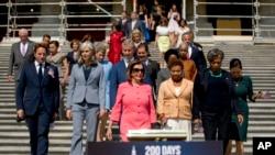 រូបភាពឯកសារ៖ លោកស្រី Nancy Pelosi ប្រធានសភាតំណាងរាស្ត្រ និងតំណាងរាស្ត្រផ្សេងទៀតរបស់គណបក្សប្រជាធិបតេយ្យធ្វើសន្និសីទកាសែត នៅមុខវិមានសភា Capitol ក្នុងរដ្ឋធានីវ៉ាស៊ីនតោន កាលពីថ្ងៃទី២៥ ខែកក្កដា ឆ្នាំ២០១៩។