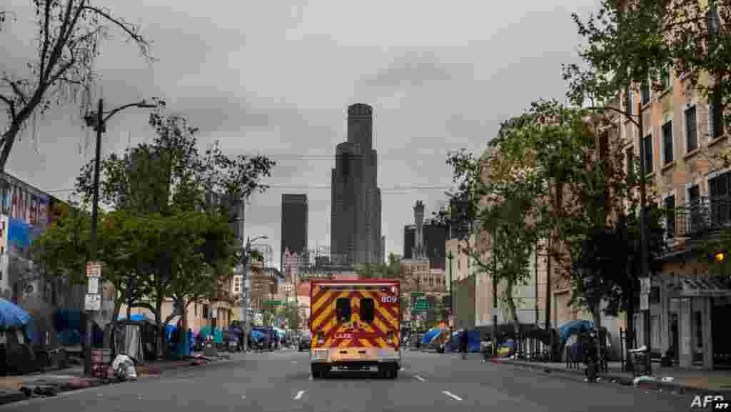 미국 캘리포니아주 로스앤젤레스 다운타운 인근 노숙자 거리 '스키드 로우'에 응급차가 지나가고 있다.