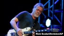 Eddie Van Halen saat tampil di Ak-Chin Pavillion di Phoenix, Arizona, 28 September 2015.