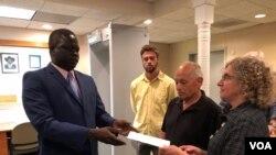 John Allen dan Joyce Krajian, orang tua dari mendiang wartawan lepas Christopher Allen, bertemu dengan Duta Besar Sudan Selatan Phillip Jada Natana di Washington, 26 Agustus 2019. (A.Bior/VOA)