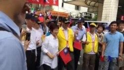 : 台湾各地的军公教人员举行大规模示威游行,抗议政府推动的年金改革将他们污名化。(美国之音林枫拍摄)